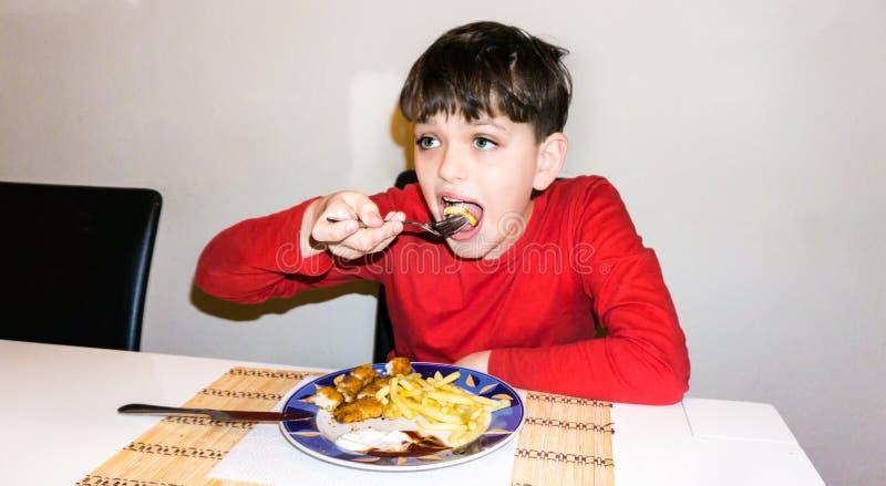 Consommation du fils autiste de nourriture d'enfant de nutrition de santé de garçon photo stock