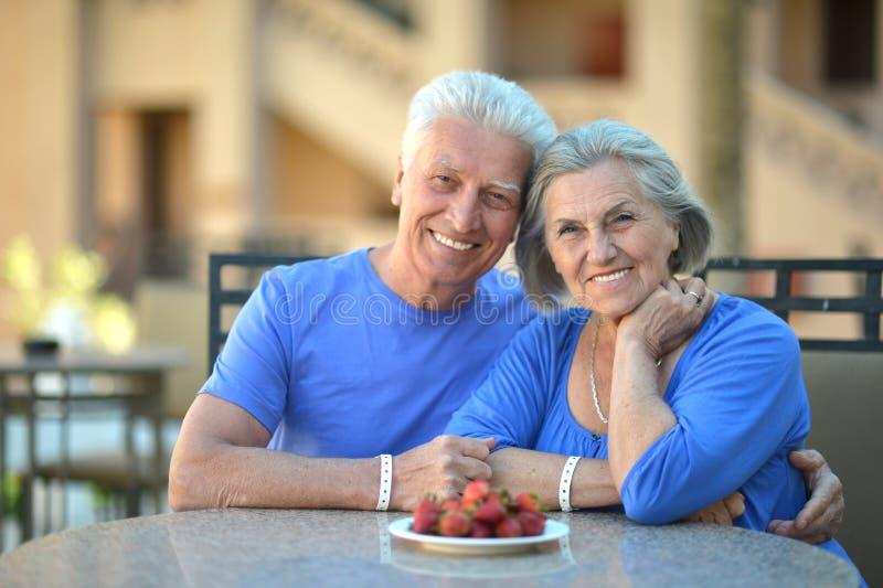 Consommation mûre de couples photo stock