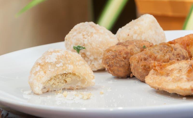 Consommation non finie des casse-croûte frits thaïlandais images stock