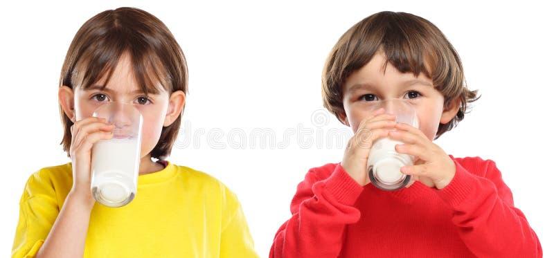 Consommation saine de lait boisson de garçon de fille d'enfants d'enfants d'isolement sur le blanc image libre de droits