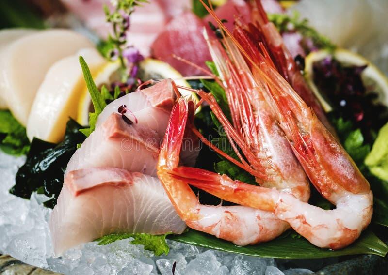 Consommation saine de nourriture japonaise de sashimi photographie stock libre de droits
