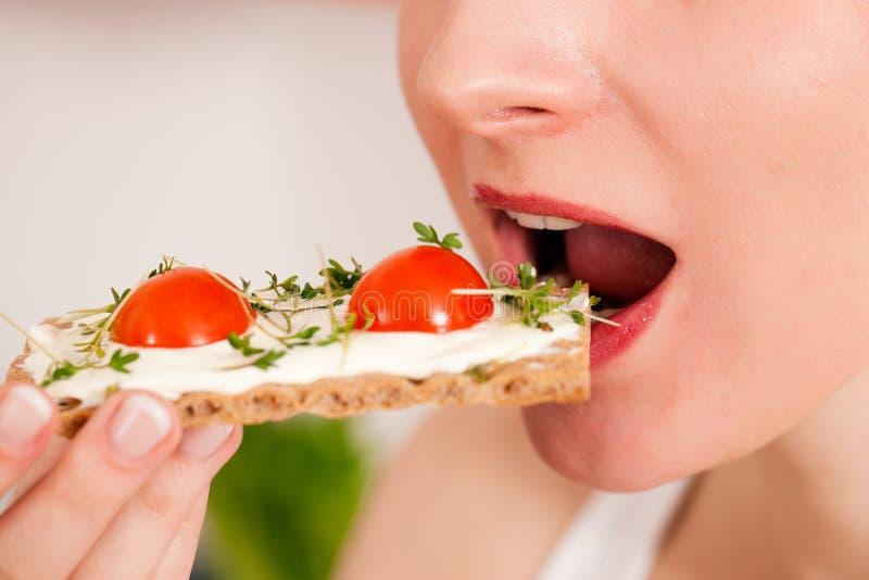 Consommation saine - femme avec le pain croustillant image libre de droits