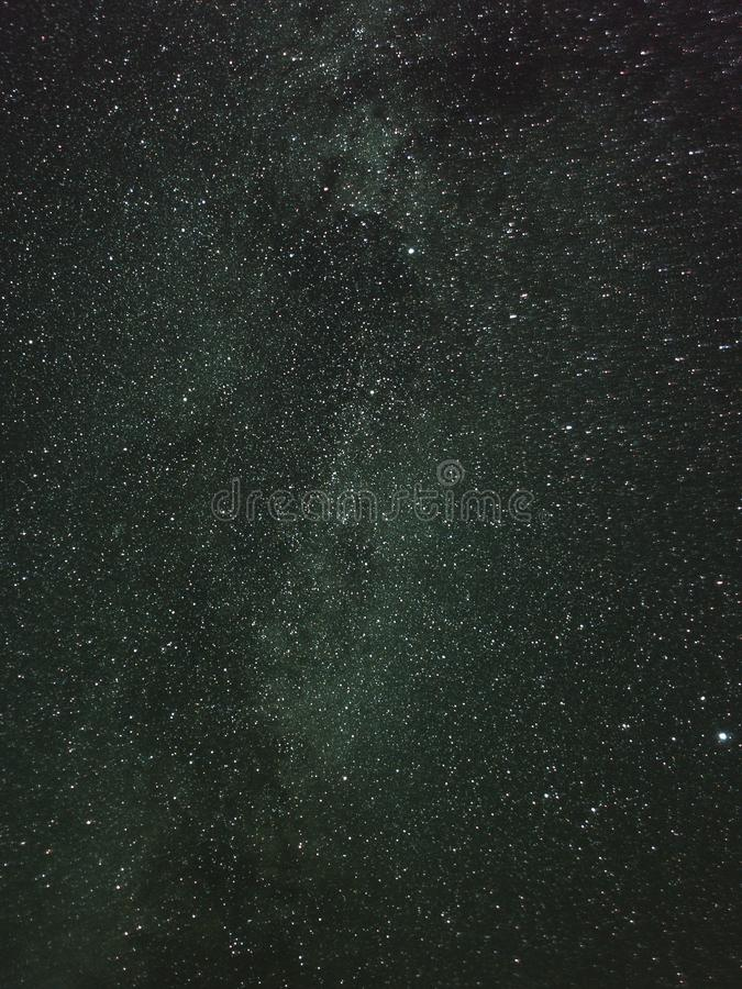 Constelação Lyra, cisne e outras constelações na Via Látea no céu noturno fotografia de stock