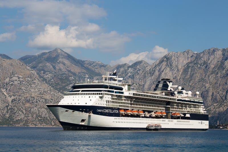 Constelación grande de la celebridad del barco de cruceros en la bahía de Boka Kotorsky montenegro foto de archivo