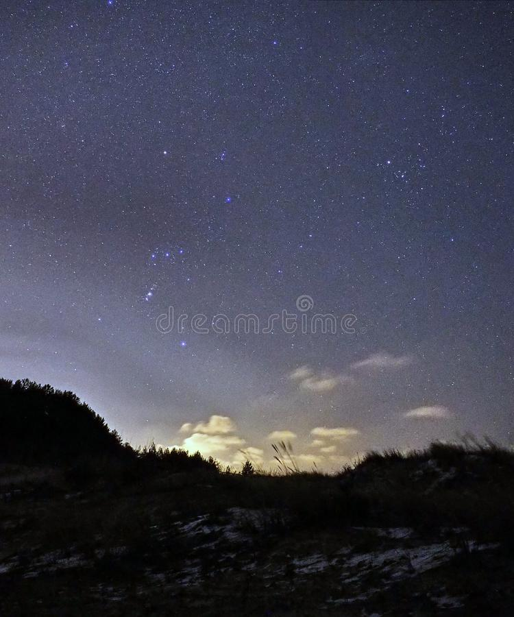 Constelaciones de Orión de las estrellas del cielo nocturno observando fotos de archivo