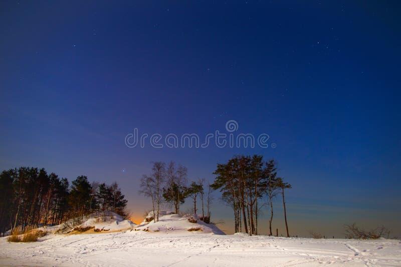 Constelaciones y estrellas en el cielo del invierno de los hemis septentrionales fotos de archivo libres de regalías