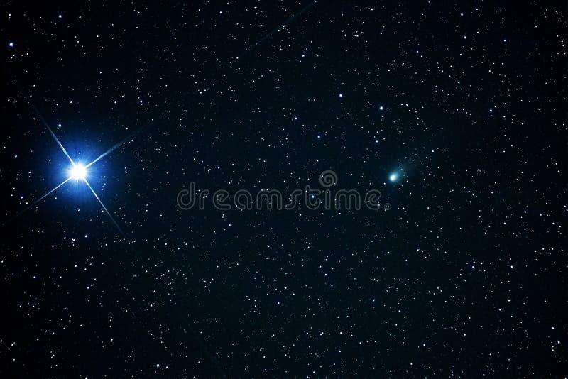 Constellation d'Auriga d'étoiles de la comète 21P et de la Capella photos libres de droits