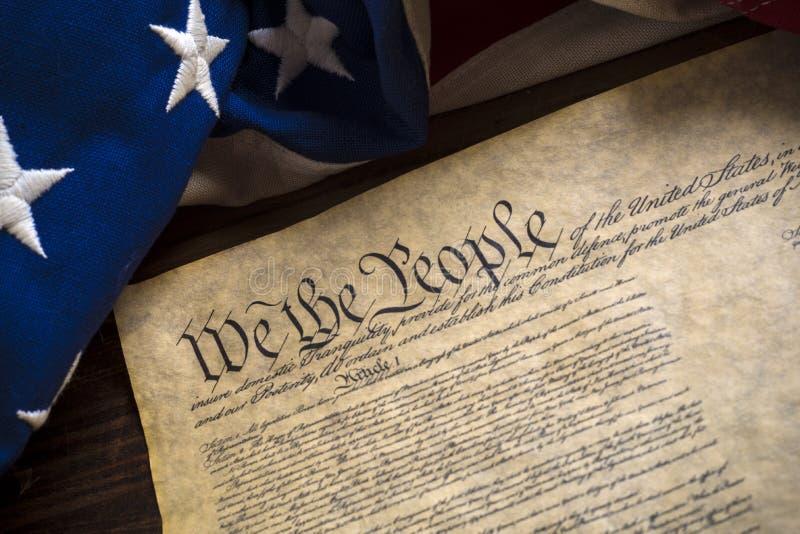Constitución de Estados Unidos y bandera americana del vintage fotografía de archivo