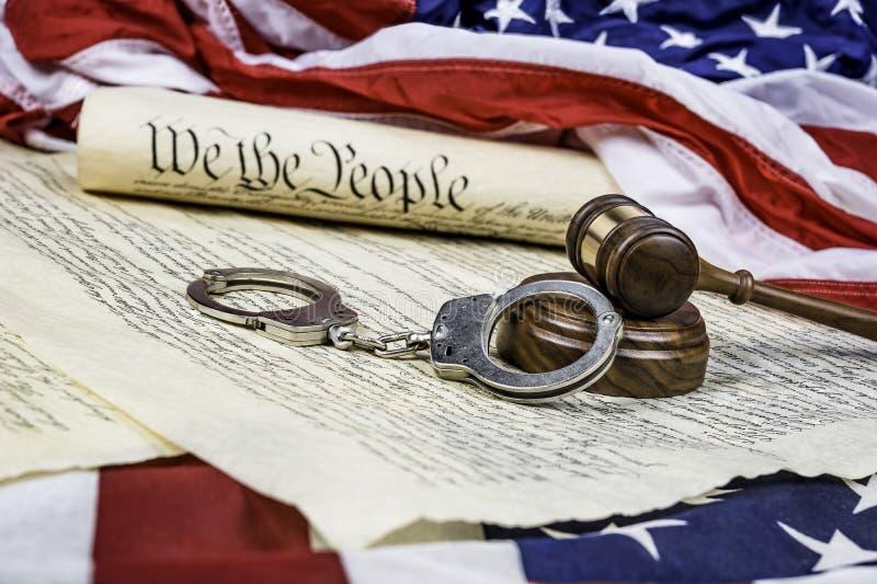 Constitución, mazo y esposas fotos de archivo