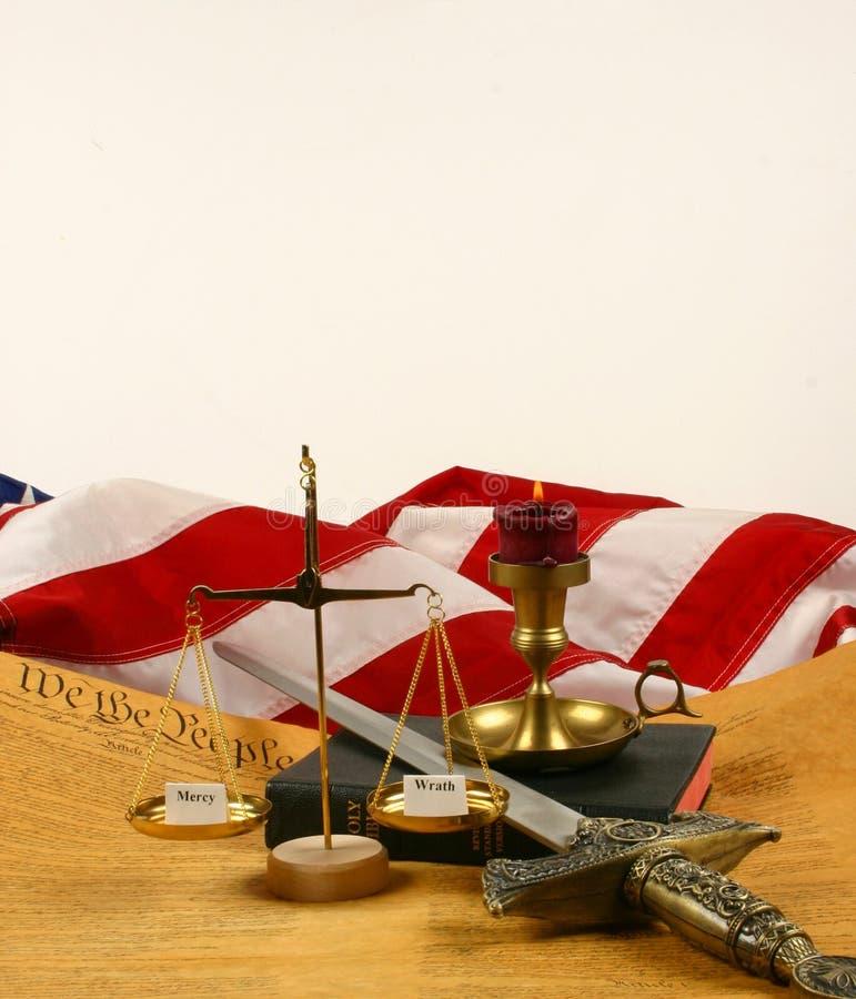 A constituição de Estados Unidos, a Bíblia, escala o peso   imagens de stock