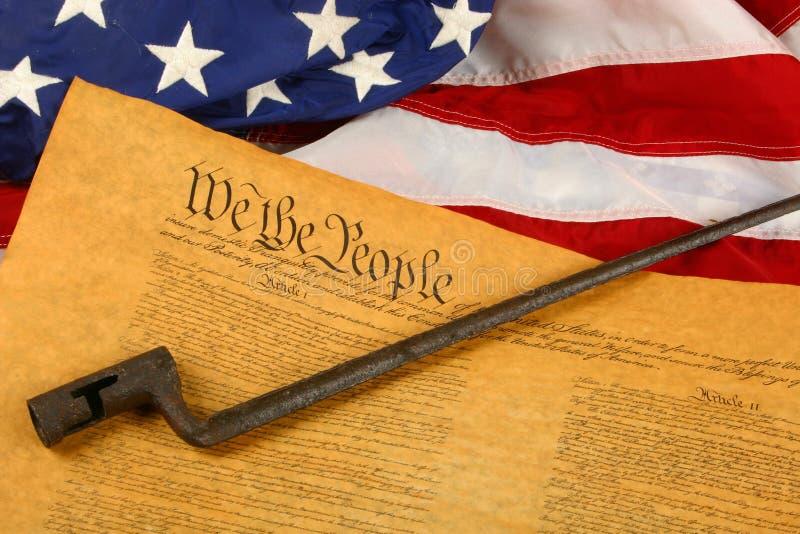 Constituição de Estados Unidos, baioneta, e bandeira foto de stock royalty free