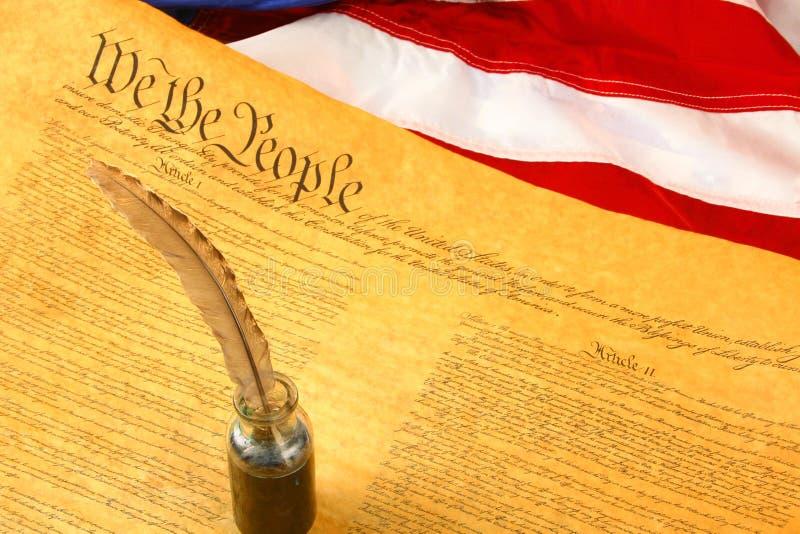Constituição de Estados Unidos diagonal, pena de Quill no Inkwell, e bandeira fotografia de stock