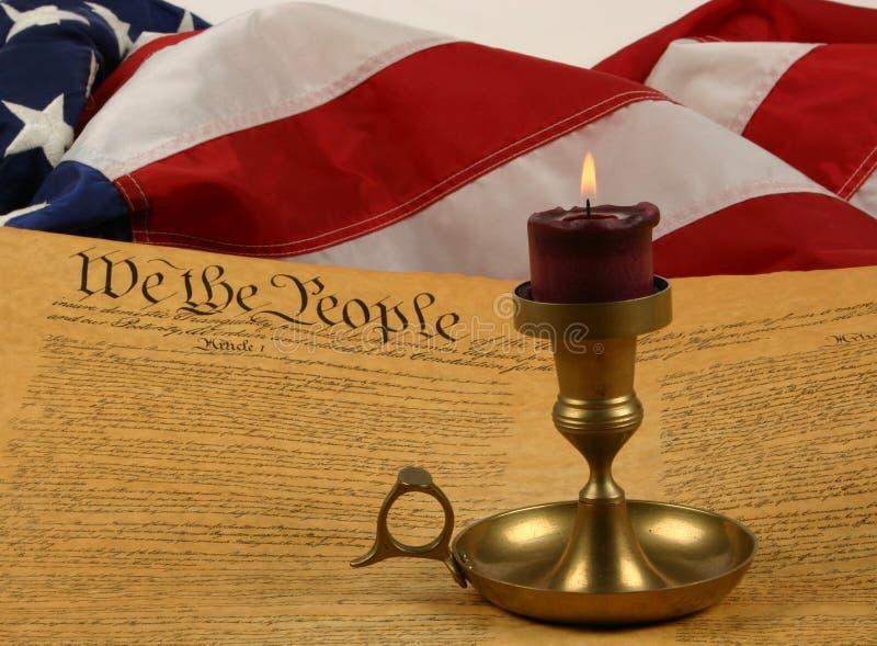 Constituição de Estados Unidos, vela, e bandeira fotos de stock royalty free