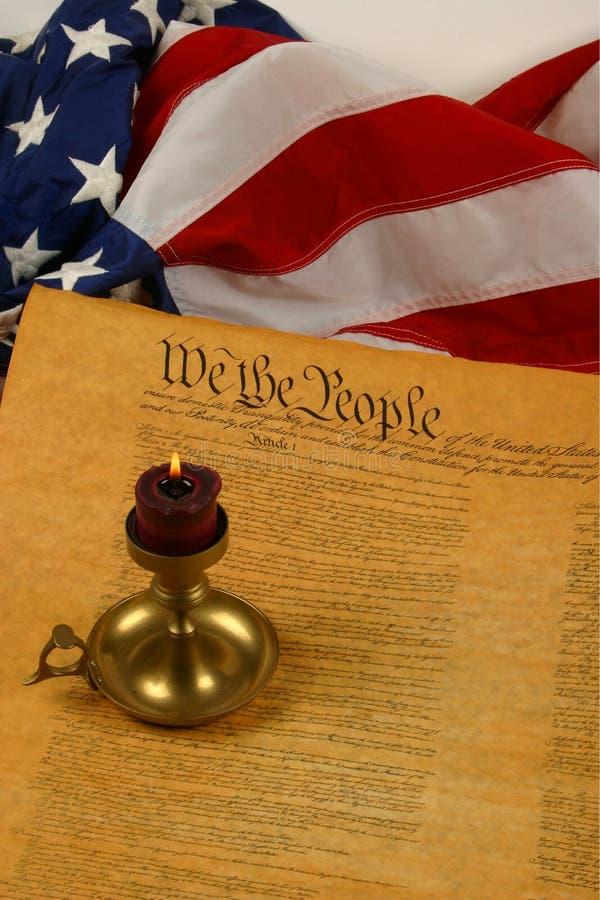Constituição de Estados Unidos, vela, e bandeira verticais foto de stock royalty free