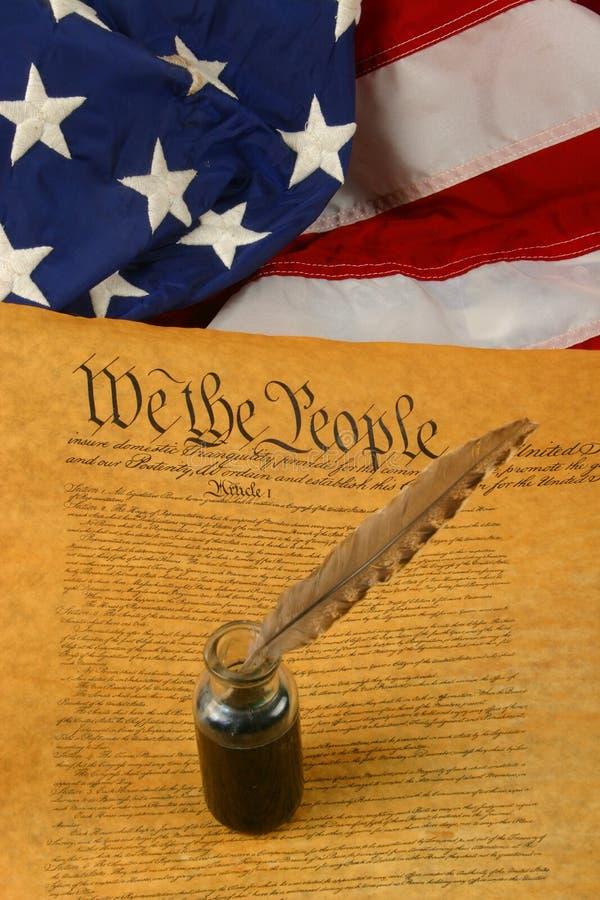 Constituição de Estados Unidos vertical, pena de Quill no Inkwell, e bandeira fotografia de stock royalty free