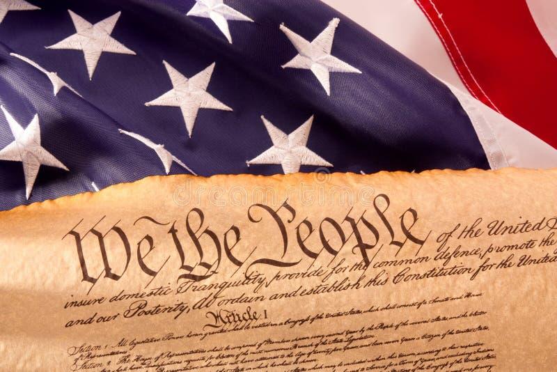 Constituição dos E.U. - nós os povos com bandeira dos EUA. imagens de stock royalty free