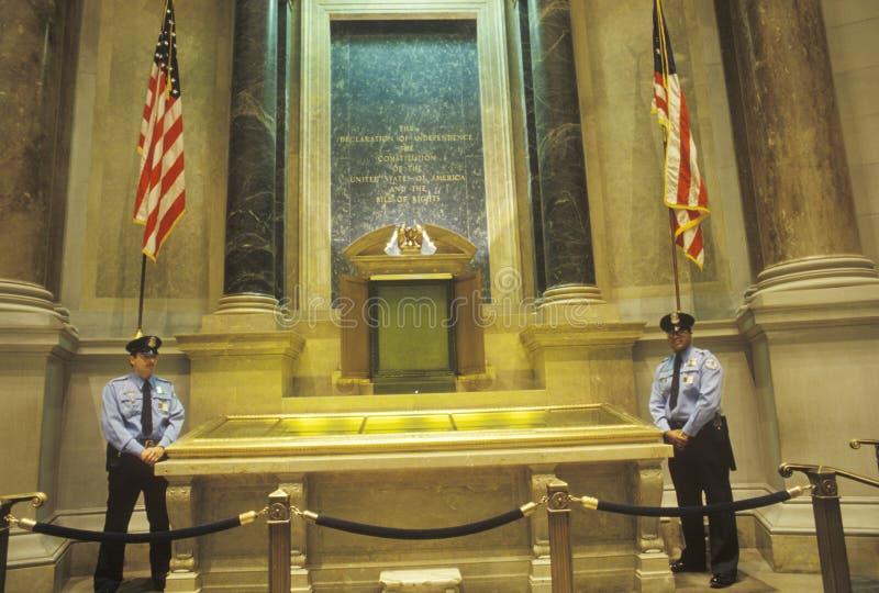 A constituição e a Declaração de Direitos guardadas por Polícia, arquivos nacionais, Washington, C C fotografia de stock