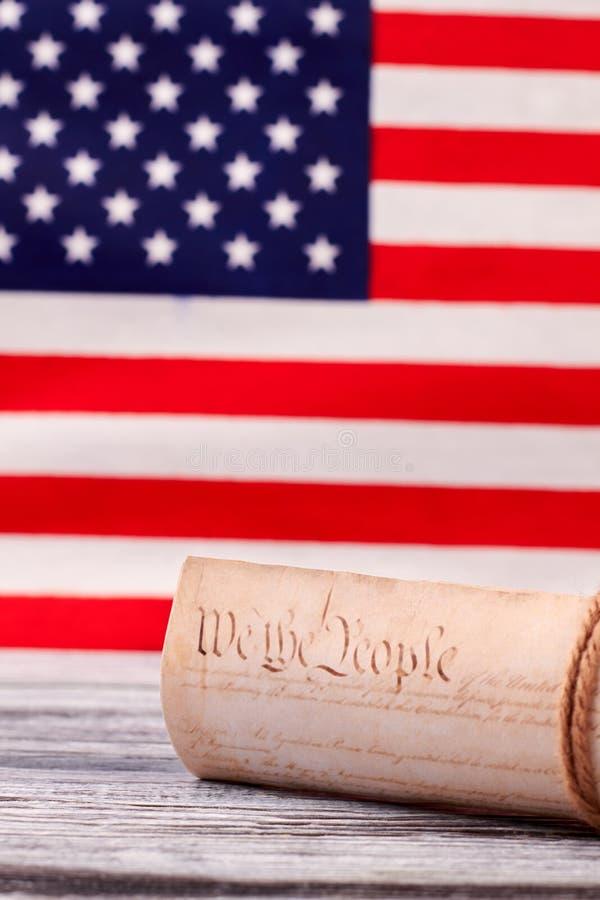 Constitution d'Etats-Unis sur le fond de drapeau des Etats-Unis photos libres de droits