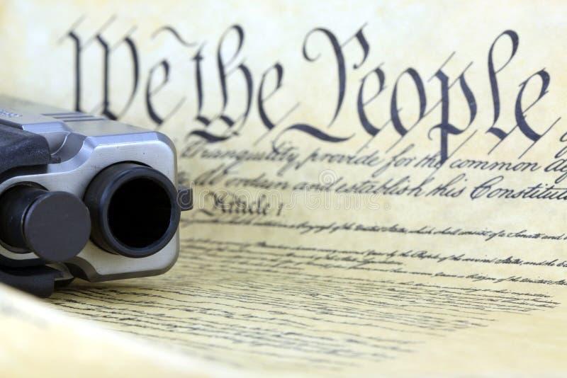Constitution des USA avec l'arme à feu de main photos stock