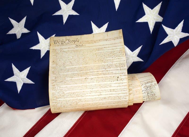 Constitution roulée sur le drapeau américain photos stock