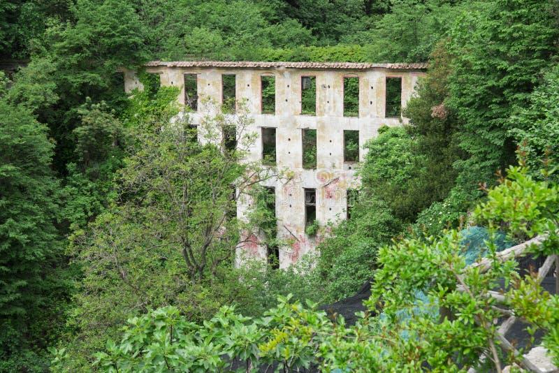 Construção abandonada ao longo de caminhar o delle Ferrierie de Valle do trajeto, costa de Amalfi, Itália imagens de stock