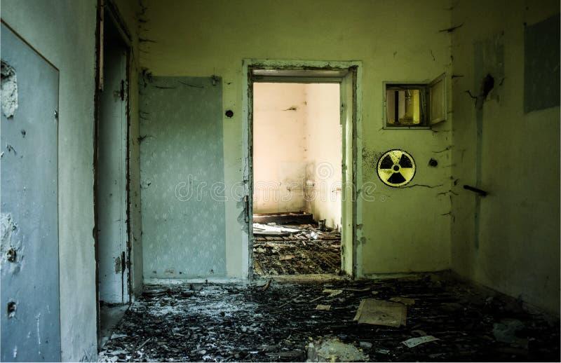 Construção abandonada com as paredes quebradas do vidro e do grunge devido ao acidente nuclear Sinal de aviso de Radioative na pa foto de stock