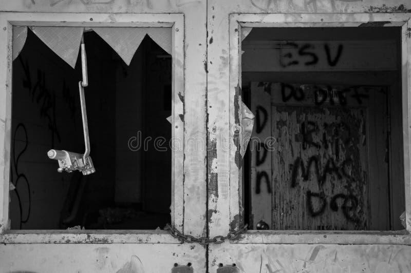 Construção abandonada com grafittis para dentro fotografia de stock