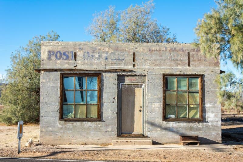 Construção abandonada da estação de correios perto da cidade de Kelso no meio do deserto de Mojave imagens de stock