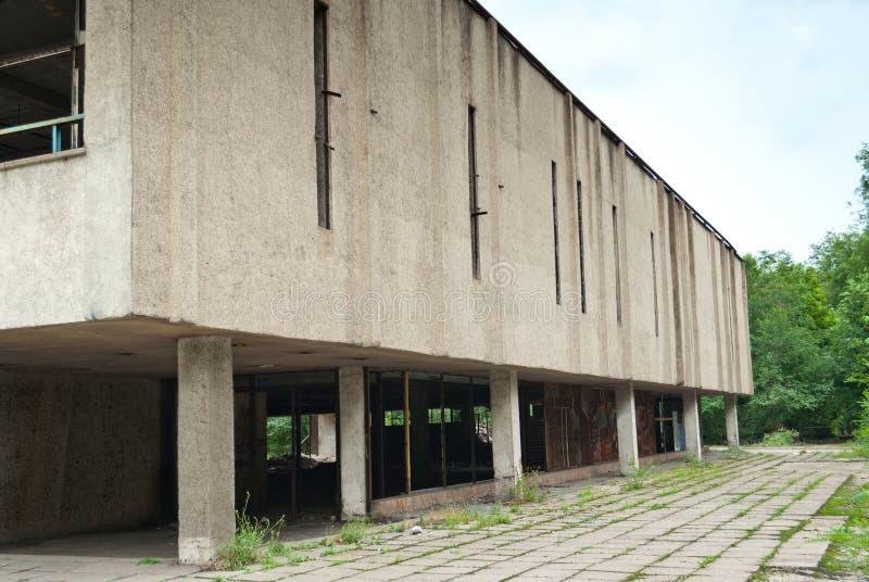 Construção abandonada da fábrica, ruínas, janelas quebradas imagens de stock