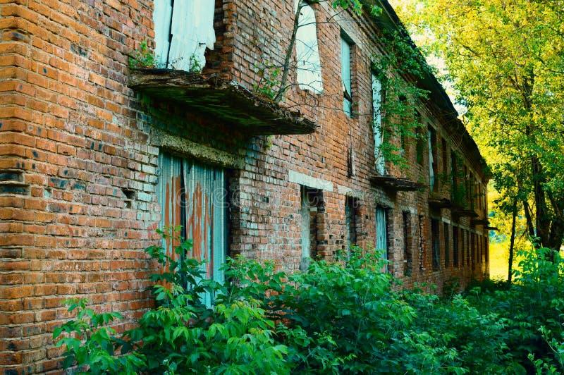 A construção abandonada dois-storeyed do tijolo velho imagem de stock royalty free