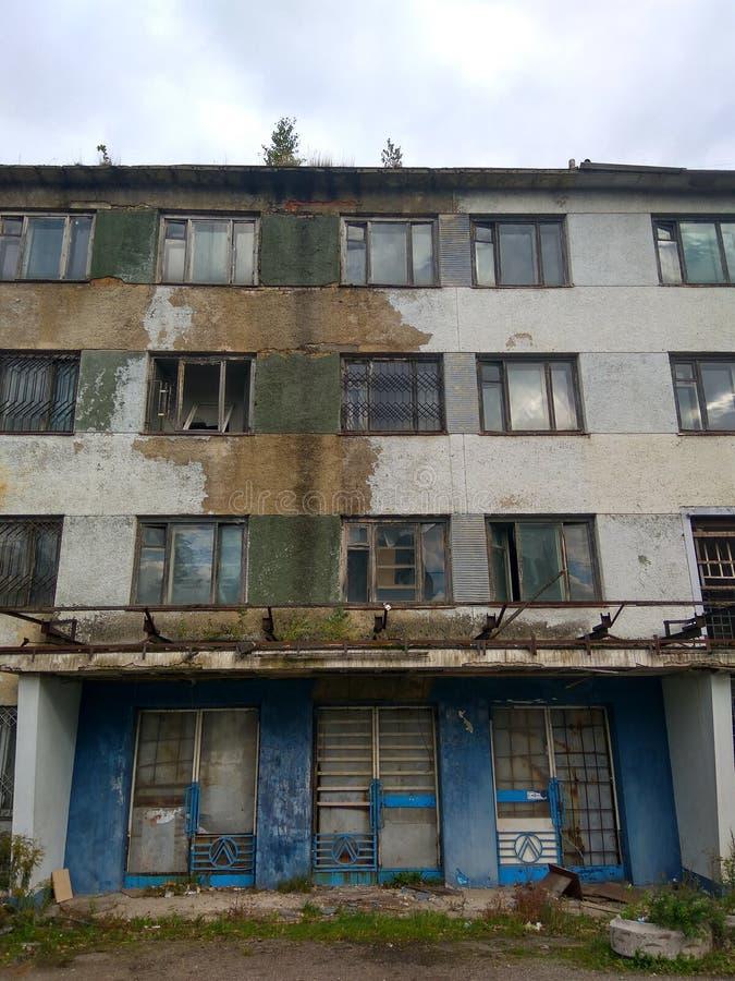 Construção abandonada - paisagem apocalíptico do cargo fotos de stock
