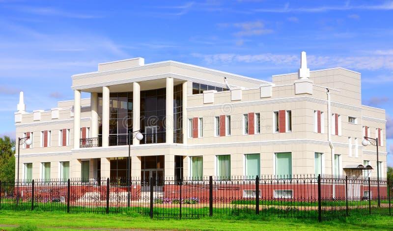 Construção administrativa de duas histórias altas, branca, com colunas fotografia de stock royalty free