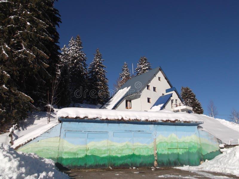 A construção administrativa do estilo da montanha de Durmitor do parque nacional fotos de stock royalty free