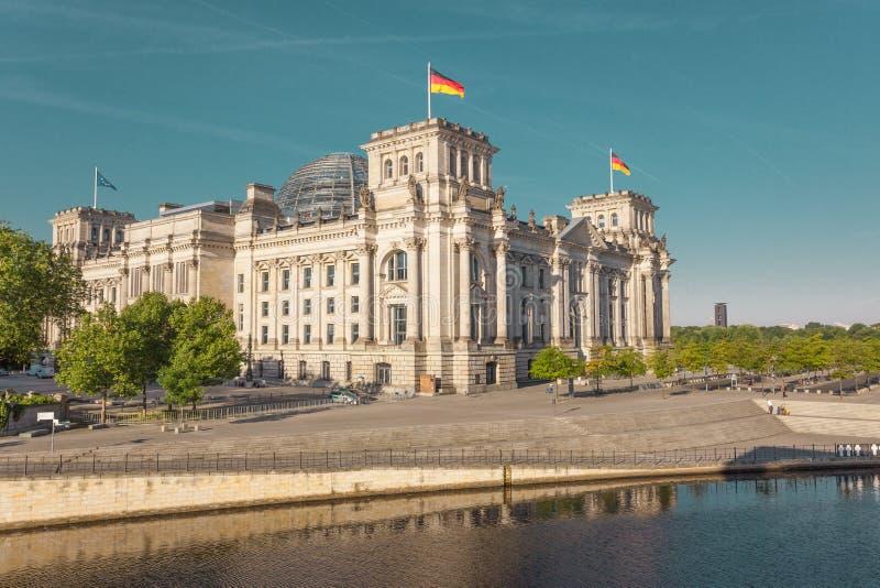Construção alemão do parlamento de Reichstag no por do sol foto de stock royalty free