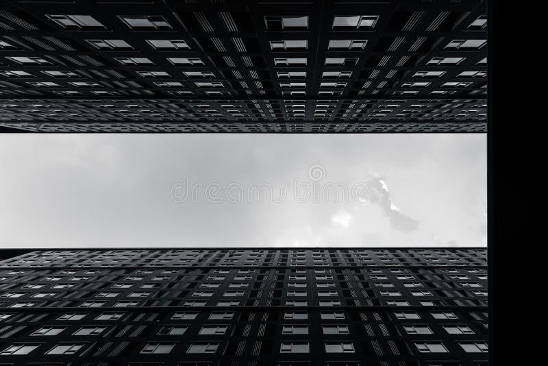Construção alta da acomodação das elevações da fotografia moderna das artes da arquitetura da cidade do metro em preto e branco foto de stock