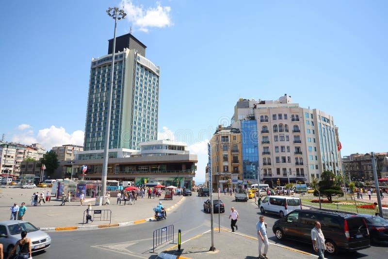 A construção alta perto da estação imagens de stock royalty free