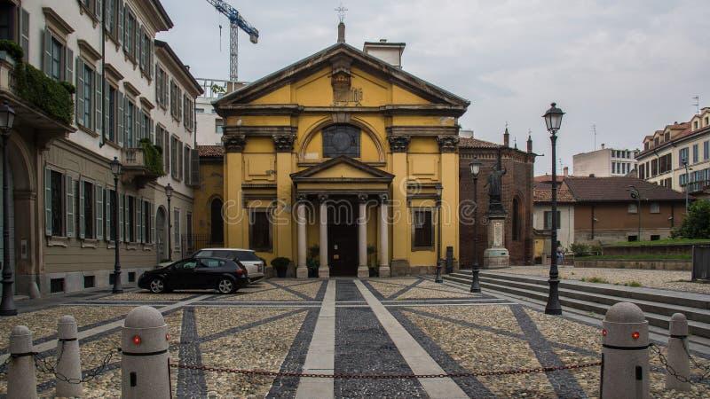 Construção amarela antiga em Milão fotografia de stock royalty free