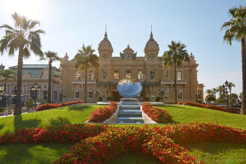 Construção antiga do casino em um dia de verão ensolarado em Monte - Carlo, Mônaco imagens de stock