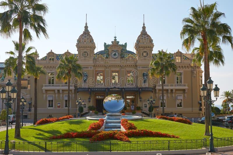 Construção antiga do casino em um dia de verão ensolarado em Monte - Carlo, Mônaco fotografia de stock royalty free