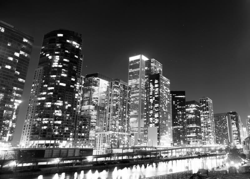 Construção ao longo da skyline do centro Illinois da cidade de Chicago River imagem de stock