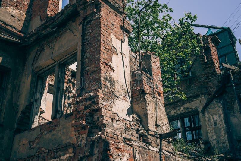 A construção arruinada, ruínas velhas do tijolo abriga quebrado pela guerra, pelo terremoto ou pela outra catástrofe natural Conc fotos de stock