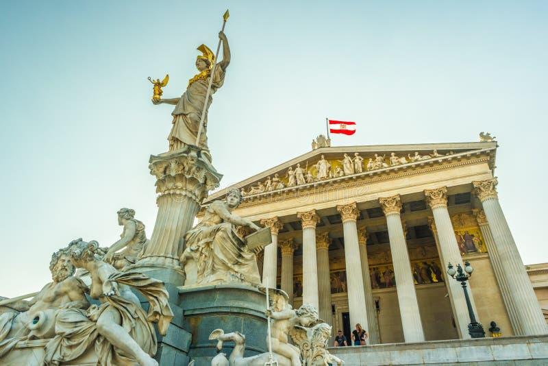 Construção austríaca do parlamento com estátua de Athena foto de stock