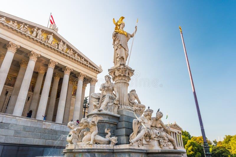 Construção austríaca do parlamento com estátua de Athena imagens de stock