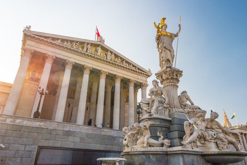 Construção austríaca do parlamento com estátua de Athena imagem de stock royalty free