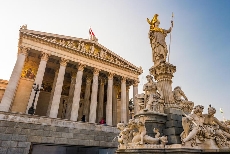 Construção austríaca do parlamento com estátua de Athena imagem de stock