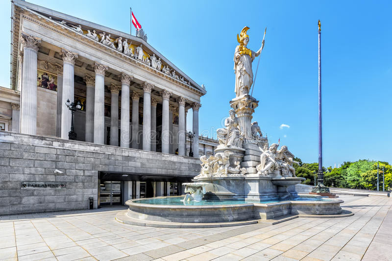 Construção austríaca do parlamento com a fonte famosa de Pallas Athena fotos de stock royalty free