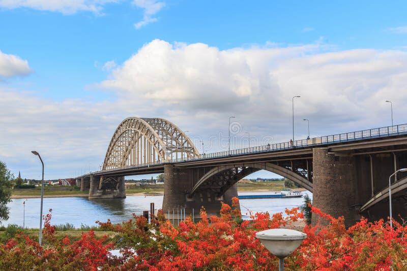 Construção bonita da ponte de Waal sobre o rio em Nijmegen imagens de stock