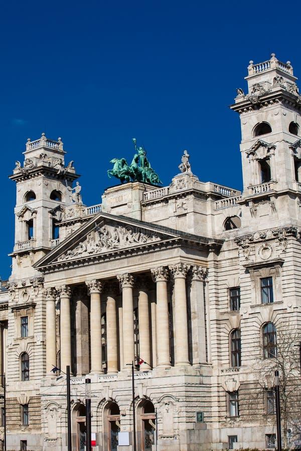 Construção bonita do museu etnográfico em Budapest imagem de stock royalty free