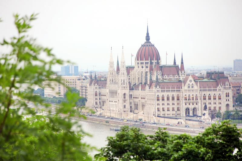 A construção bonita do parlamento húngaro de Budapest visto do monte de Gellert fotografia de stock royalty free