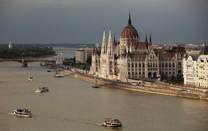 A construção bonita do parlamento húngaro sob nuvens de tempestade foto de stock royalty free